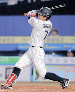 7回2死、鈴木が右中間に満塁本塁打を放つ