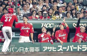 8回、バティスタの勝ち越し打で生還した野間(左端)を笑顔で迎える広島ナイン