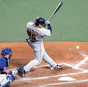 6回1死満塁、岡本の打球は三塁線へ