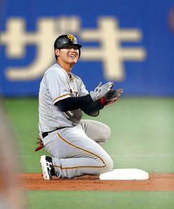 ラッキーな適時二塁打となり塁上で喜ぶ岡本(カメラ・橋口 真)