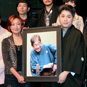 談志さんの遺影を持つ長女・松岡ゆみこ(左)と立川志らく(2012年5月撮影)