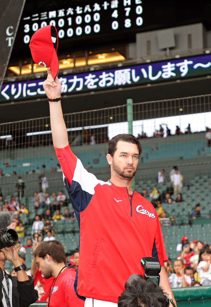 3勝目を挙げ、帽子を取ってファンの声援に応える広島・ジョンソン