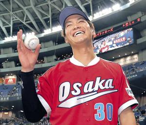 プロ初勝利を挙げたK―鈴木は、ウィニングボールを手に笑顔を見せた