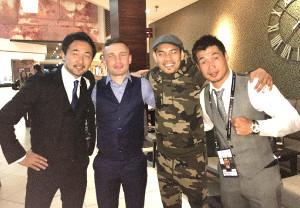 試合後、記念写真を撮った(左から山中氏、元世界2階級王者カール・フランプトン、ノニト・ドネア、長谷川氏)