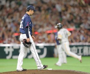 15日のソフトバンク戦で5回2死二塁、デスパイネ(右)に左中間へ勝ち越しの2ランを打たれた本田圭佑