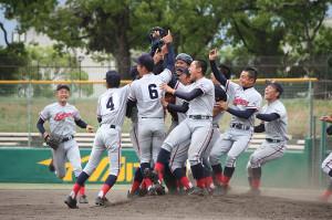 初優勝を決めて大喜びする京都国際の選手たち