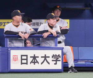 ベンチで厳しい表情の原辰徳監督(手前右)