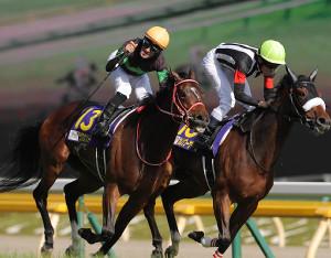 オークスを制したラヴズオンリーユーとMデムーロ騎手(右は2着のカレンブーケドール)