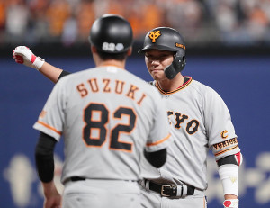 1回無死二塁、坂本勇人が先制の中前適時打を放ち、一塁上でガッツポーズ。手前は鈴木尚広コーチ(カメラ・馬場 秀則)