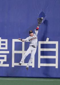 1回無死、溝脇隼人の打球に右翼手・亀井善行がフェンス際で飛びつくも、わずかに及ばず右越え三塁打となる(カメラ・馬場 秀則)