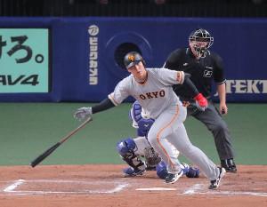7回2死一、三塁、岡本和真が左中間へ適時打を放つ(カメラ・生澤 英里香)
