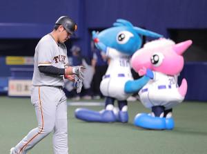 9回1死一、三塁の好機も二塁ゴロ併殺に倒れた岡本和真。がっくりベンチへ戻った(カメラ・橋口 真)