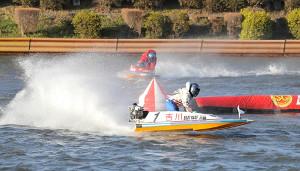3月21日のボートレースクラシック優勝戦、3週目、2マークを周る1号艇の吉川元浩(後方は3号艇の馬場貴也)