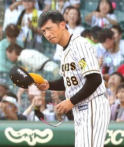 悔しそうな表情でファンにあいさつをする阪神・矢野監督