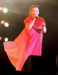 妊娠発表後初のステージに登場した華原朋美