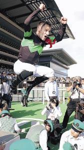 クラシック完全制覇のMデムーロは歓喜のジャンプ