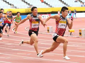 男子400メートルリレー、第3走者・小池(左)からバトンを受け、ゴールに向かう桐生(カメラ・石田 順平)