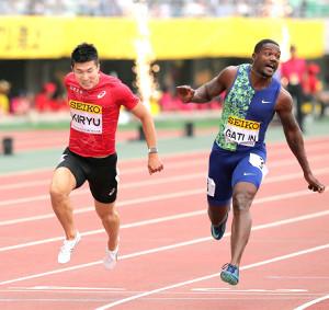 男子100メートル、優勝したガトリン(右)とゴール前で競り合う桐生