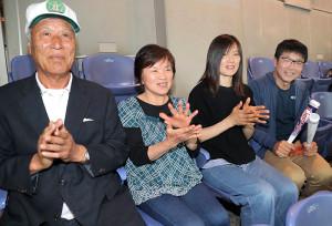 スタンドで応援する(左から)祖父・瀧野正敏さん、祖母・節子さん、母・由美子さん、父・昭浩さん