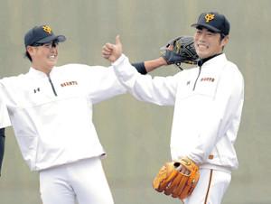 今年2月の宮崎キャンプで宮国(左)と笑顔を見せる上原