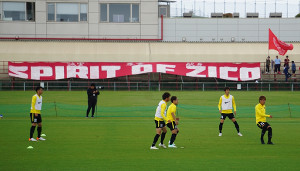 「SPIRIT OF ZICO」の横断幕を背に、ACL山東戦に向けて調整する鹿島の選手たち