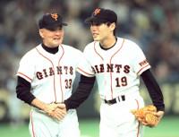 巨人監督時代の長嶋茂雄氏(左)と上原浩治