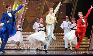 宝塚バウホール公演で初日を迎えた「Dream On!」の一場面。前列左から綺城ひか理、水美舞斗、飛龍つかさ