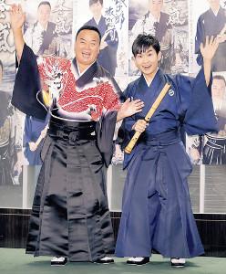 師匠の細川たかし(左)の激励を受け、活躍を誓った彩青