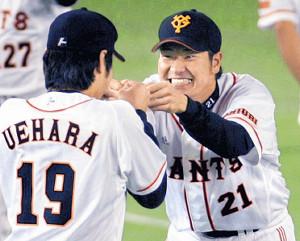 07年6月、ソフトバンク戦でセーブを挙げた上原(中)は、先発し勝利投手となった高橋尚(右)、決勝3ランの高橋由と抱き合い喜んだ