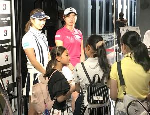イベントを行った松田鈴英(左)と大里桃子