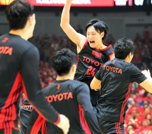 優勝を決め喜ぶA東京・田中大貴(右奥)(カメラ・生澤 英里香)