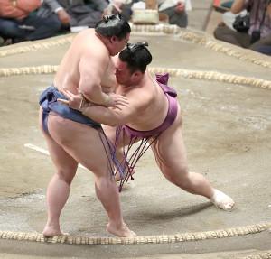 正代(左)を寄り切りで破る朝乃山(カメラ・関口 俊明)