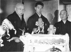 柳家花緑(中)の真打ち昇進パーティー(左は柳家小さん、右は三遊亭円歌)1994年撮影