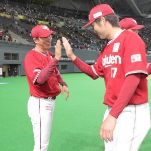 日本ハムに大勝し、今季初勝利の塩見貴洋(右)を笑顔で迎える平石洋介監督
