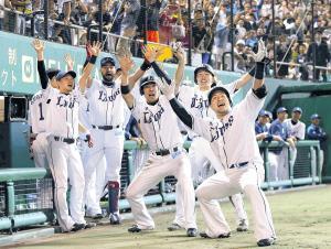 7回1死一、二塁、左中間へ3ランを放ち、地元・沖縄のファンの前でどすこいポーズを決める山川(右)(カメラ・岩下 翔太)