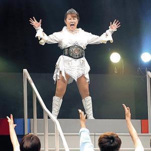 芸能生活40周年記念公演のゲネプロで女子プロレスラーの格好でポーズをとる山田邦子