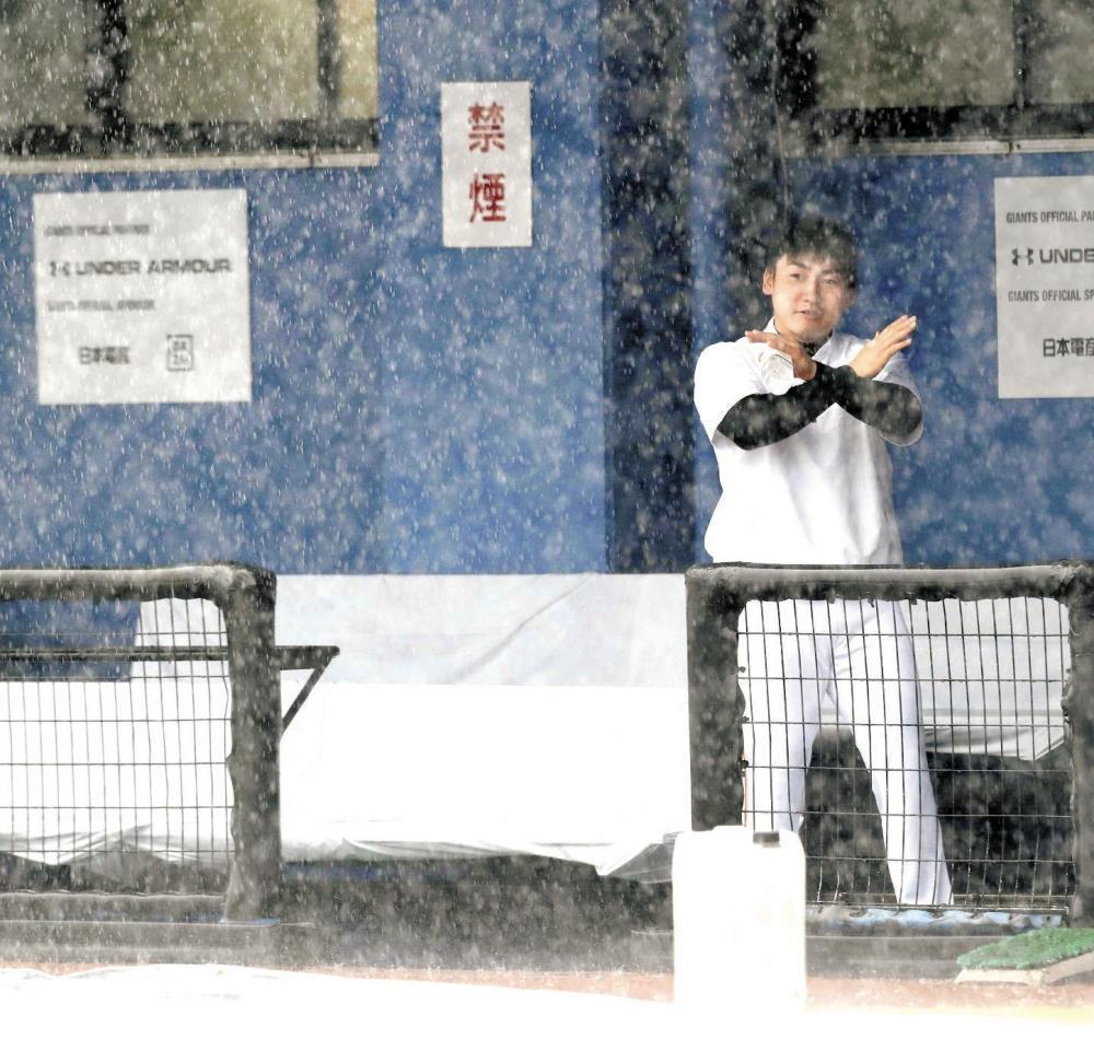 丸がバツ!豪雨の中、ベンチで雨天中止のバツ印を作る丸(カメラ・堺 恒志)
