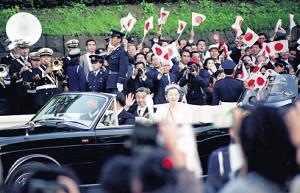 1990年のパレードで沿道の祝福にこたえられる上皇ご夫妻