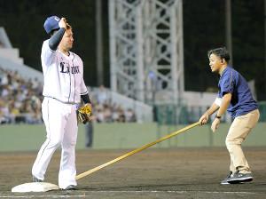 7回終了後、3ランを放った山川穂高は守備位置につき、地元ファンの声援に応える(右は幼なじみの大城将暉さん)