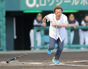 始球式に打者で登場し、空振りして一塁へ駆け出す具志堅用高氏