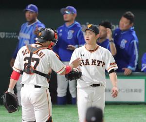 4回2死一、二塁、伊藤光に右前適時打を打たれた高橋優貴(右、左は炭谷、カメラ・清水 武)