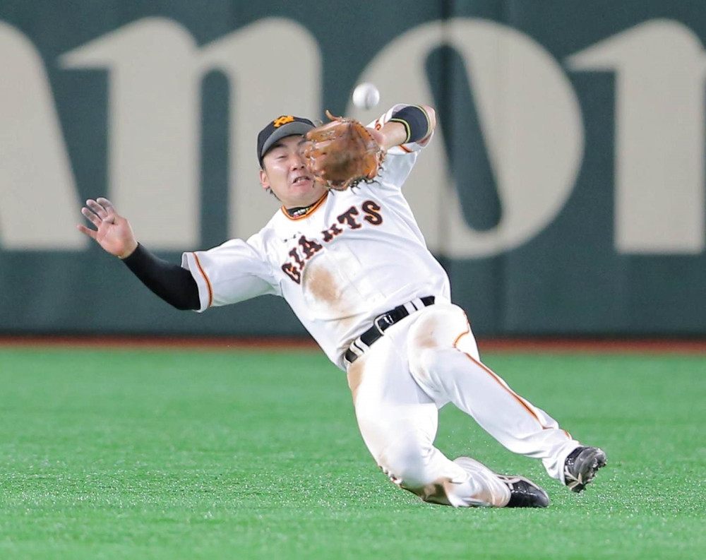 5回1死一、三塁、筒香の詰まった中飛をスライディングキャッチする丸(カメラ・泉 貫太)