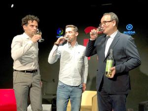 スペインワインで乾杯する(左から)アントニオ・ナハーロさんとハビエル・フェルナンデスさん