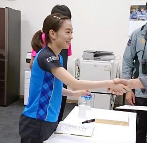 試合後、ファンサービスで笑顔を見せる石川佳純(さくらアリーナで)