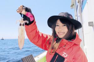 由梨ちゃんが釣り上げた20センチ級のマルイカ(長三朗丸で)