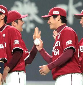 松井(左)からウィニングボールを受け取り、笑顔を見せる古川(カメラ・宮崎 亮太)