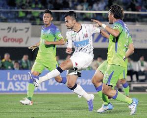 湘南戦の前半39分、左足でゴールを決める札幌MFルーカスフェルナンデス(中)