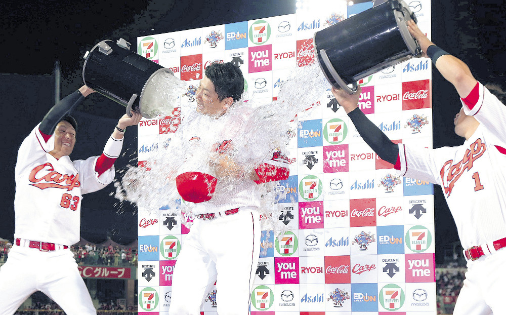 4勝目を挙げた大瀬良(中)は、お立ち台で西川(左)と鈴木から祝福の水を浴びせかけられた(カメラ・豊田 秀一)