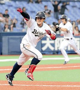 9回2死満塁、小田はサヨナラ安打を放ちガッツポーズ(カメラ・小梶 亮一)