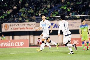 後半3分、コンサ初得点を決めた札幌MF金子(左)は笑顔をみせる